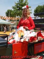 80628a5ab0 Fotos en la Feria de Sevilla 2019 con vestido de Edumer Trajes de Flamenca  y complementos de Maribel Perujo