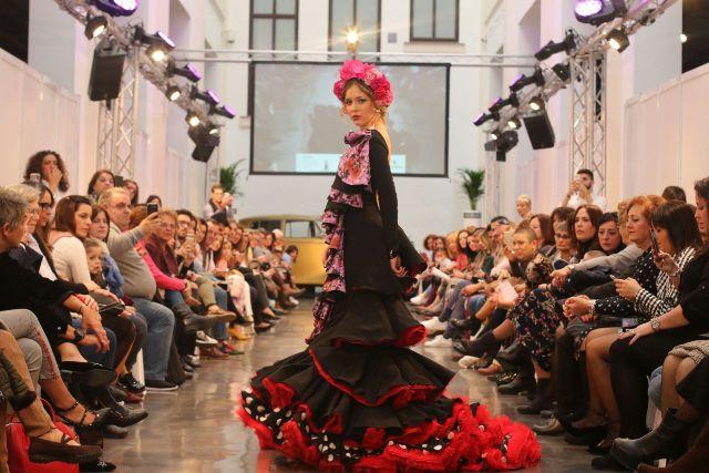 42a8e94e5 Diseños que emergen de la tradición sin dejar de lado la vanguardia y las  novedades en moda flamenca. Estampados con toda una gama de colores vivos